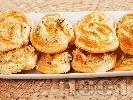 Рецепта Парти хапки от бутер тесто със синьо сирене, ементал и босилек